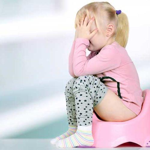 Barnet har vondt når det bæsjer