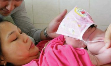 Ny forskning: skadelig for babyen å ikke amme rett etter fødselen